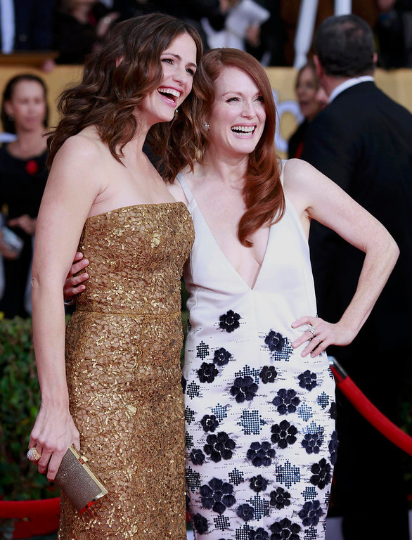 . Actresses Jennifer Garner (L) and Julianne Moore arrive at the 19th annual Screen Actors Guild Awards in Los Angeles, California January 27, 2013.  REUTERS/Adrees Latif