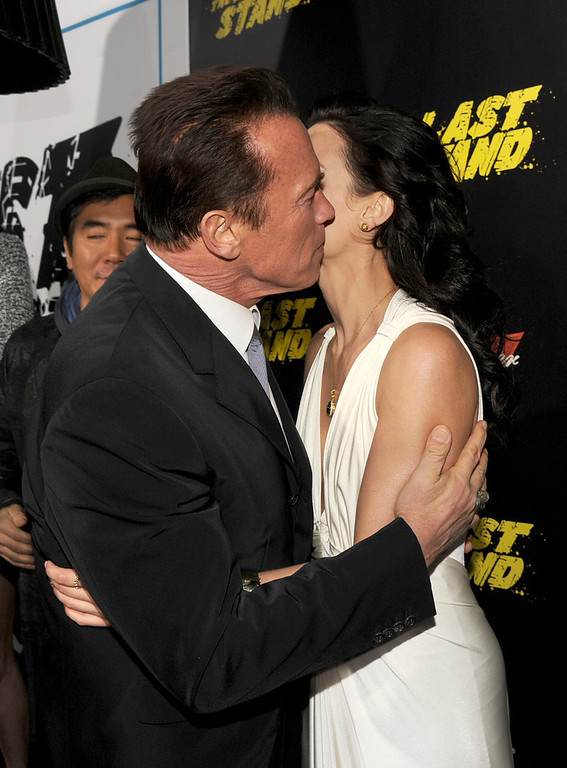 Description of . Actors Arnold Schwarzenegger (L) and Jaimie Alexander arrive at the premiere of Lionsgate Films'