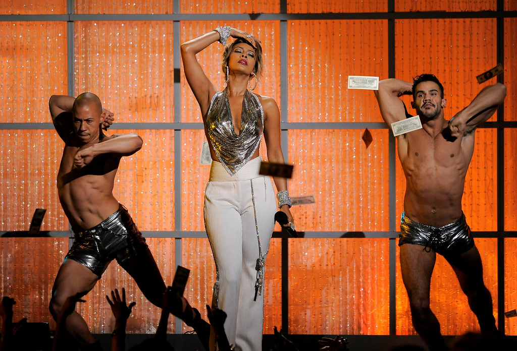 Description of . Keri Hilson, center, performs at VH1 Divas on Sunday, Dec. 16, 2012, at the Shrine Auditorium in Los Angeles. (Photo by Chris Pizzello/Invision/AP)