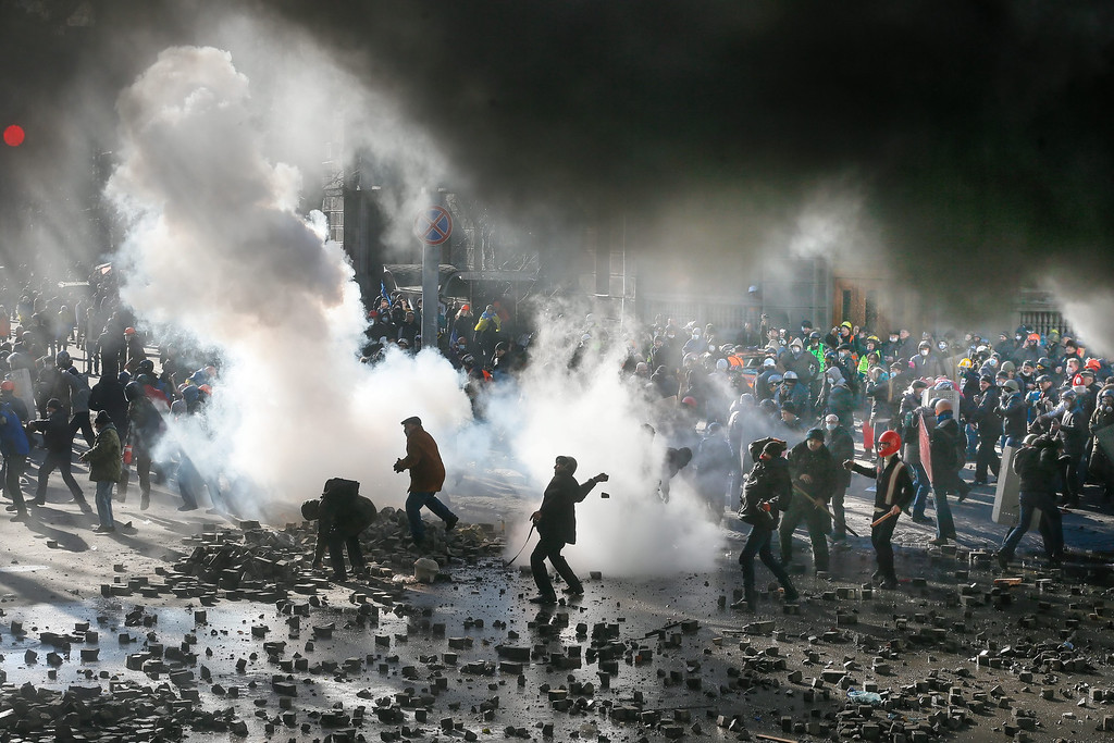 Description of . Protesters clash with riot police during the continuing protest in downtown Kiev, Ukraine, 18 February 2014. A least three protesters were killed in clashes with police on 18 February, Ukrainian opposition activists say.  EPA/SERGEY DOLZHENKO