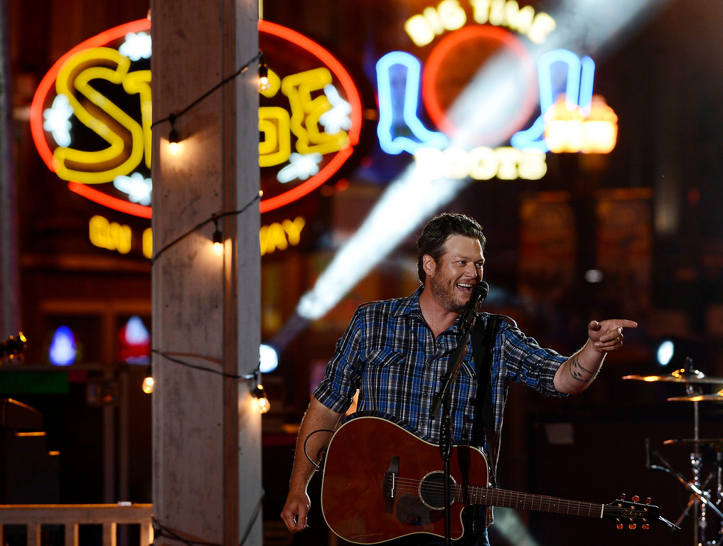 Description of . Blake Shelton performs on an outdoor stage during the CMT Music Awards on Wednesday, June 4, 2014, in Nashville, Tenn. (Photo by Mark Zaleski/Invision/AP)
