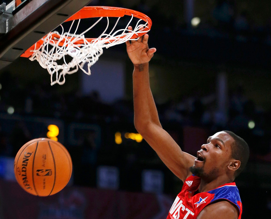 Description of . NBA All-Star Kevin Durant of the Oklahoma Thunder (35) dunks during the NBA All-Star basketball game in Houston, Texas, February 17, 2013. REUTERS/Lucy Nicholson