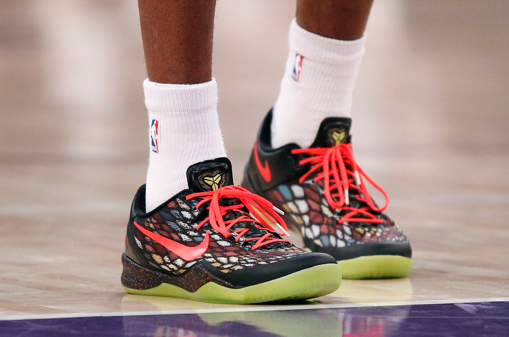 Description of . Los Angeles Lakers' Kobe Bryant wears a Christmas Day holiday season version of the Nike Kobe 8 System basketball shoes, during the NBA basketball game against the New York Knicks in Los Angeles December 25, 2012. REUTERS/Danny Moloshok