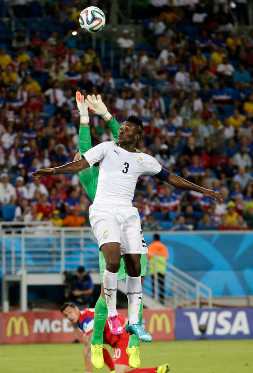 Description of . United States' goalkeeper Tim Howard, left, reaches from behind Ghana's Asamoah Gyan to make a save during the group G World Cup soccer match between Ghana and the United States at the Arena das Dunas in Natal, Brazil, Monday, June 16, 2014.  (AP Photo/Petr David Josek)