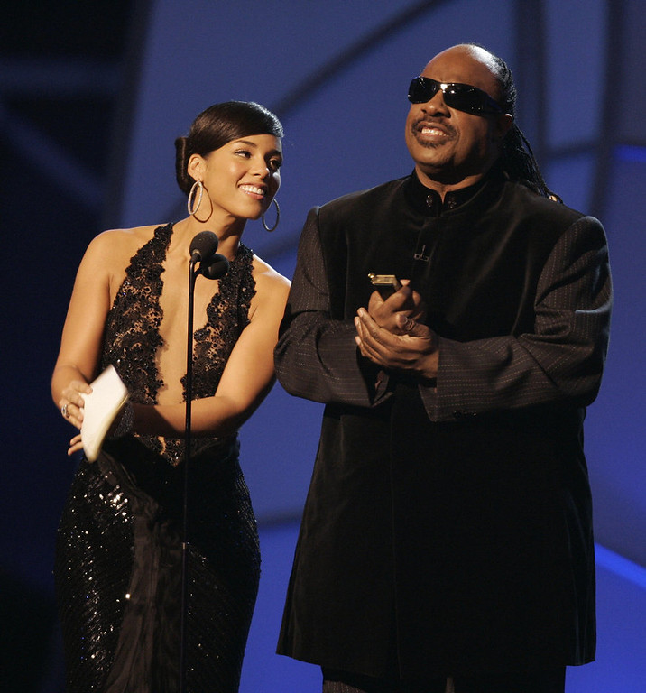 Description of . Presenters Stevie Wonder and Alicia Keys present the Best Female Pop Vocal Performance winner during the 48th Annual Grammy Awards 08 February 2006 at the Staples Center in Los Angeles.  AFP PHOTO/Timothy A. CLARY
