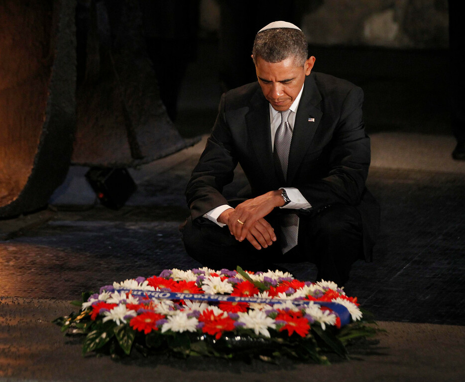Description of . U.S. President Barack Obama pauses for a moment as he lays a wreath at the Hall of Remembrance during his visit to the Yad Vashem Holocaust Memorial in Jerusalem, March 22, 2013.   REUTERS/Jason Reed