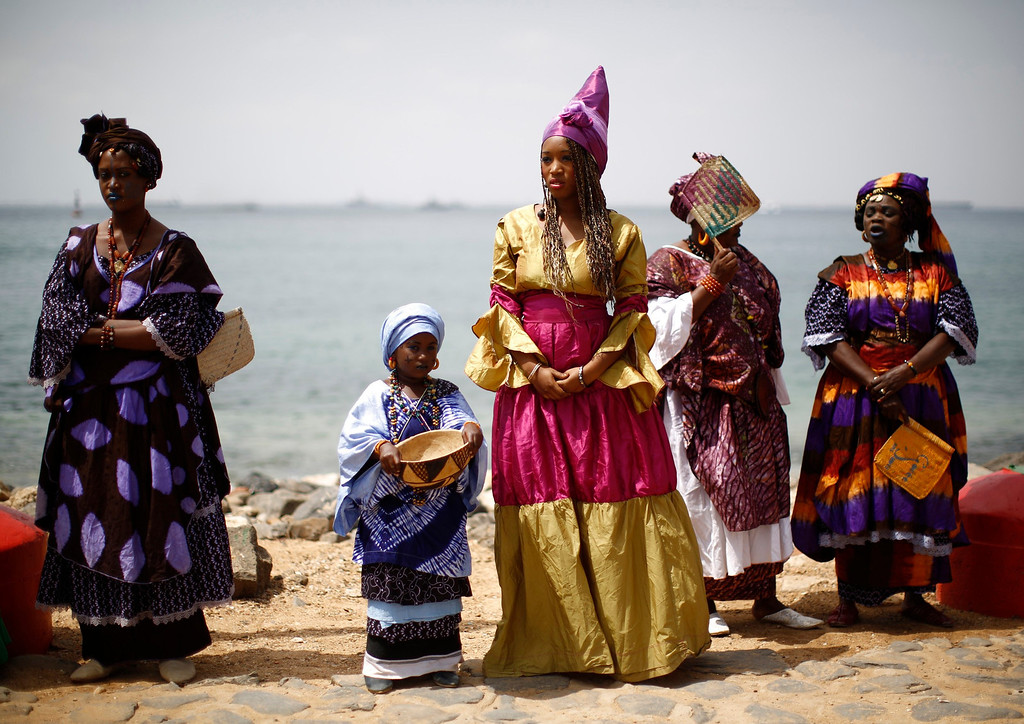 Description of . Senegalese women and children in traditional garb await the arrival of U.S. President Barack Obama and members of his family on Goree Island near Dakar, Senegal, June 27, 2013. Obama visited the island on Thursday where African slaves in past centuries were shipped west. REUTERS/Jason Reed