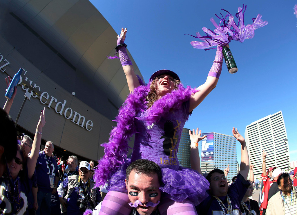Description of . Baltimore Ravens fans cheer in front of the Superdome before the NFL Super Bowl XLVII football game against the San Francisco 49ers in New Orleans, Louisiana, February 3, 2013. REUTERS/Sean Gardner