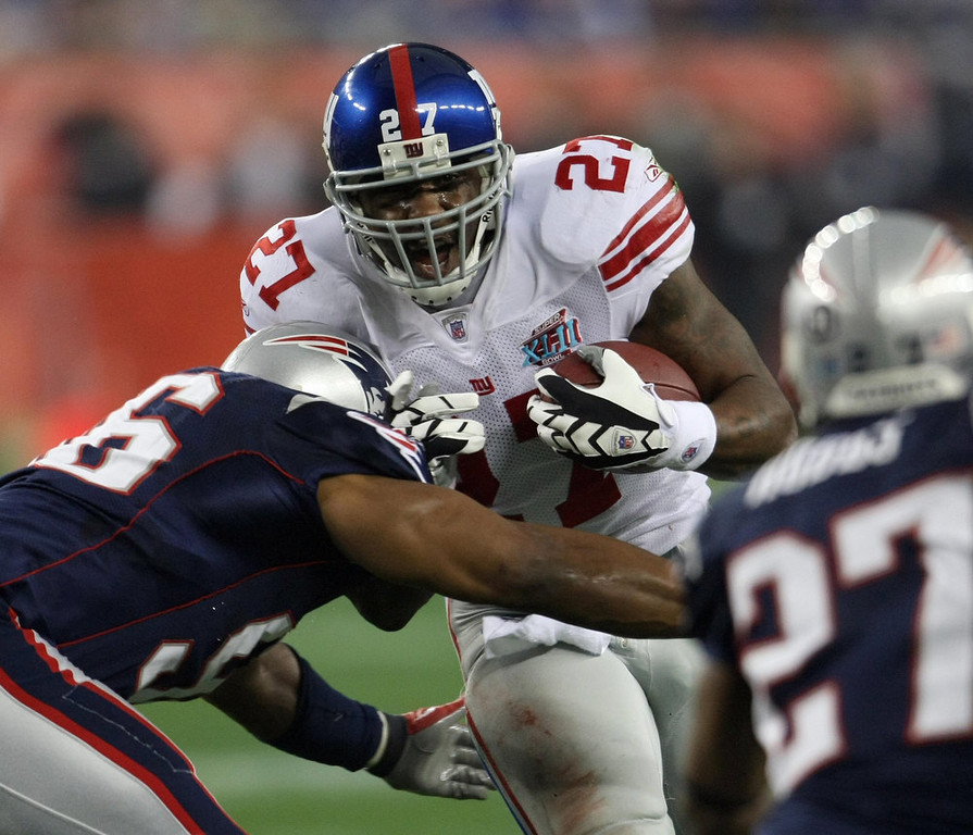 Description of . Brandon Jacobs (C) of the New York Giants runs with the ball during Super Bowl XLII against the New England Patriots at the University of Phoenix Stadium 03 February 2008 in Glendale, Arizona. TIMOTHY A. CLARY/AFP/Getty Images