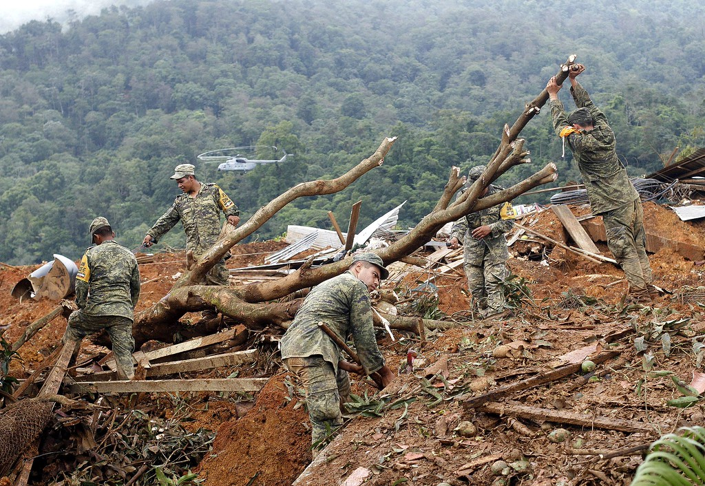 Description of . Mexican soldiers work on the site of a landslide in La Pintada, state of Guerrero, Mexico, on September 19, 2013 as heavy rains hit the country. AFP PHOTO/Pedro PARDO/AFP/Getty Images