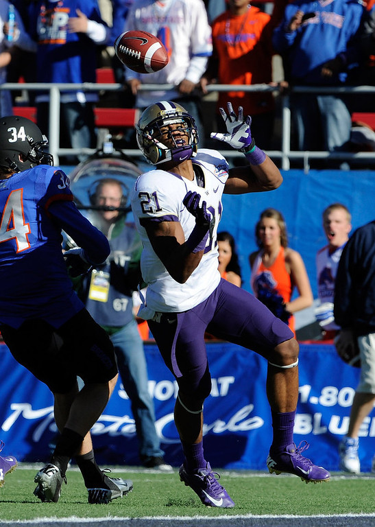 Description of . Washington cornerback Marcus Peters breaks up a reception against Boise State Kirby Moore (34) during first half of the MAACO Bowl NCAA college football game on Saturday, Dec. 22, 2012, in Las Vegas. (AP Photo/David Becker)