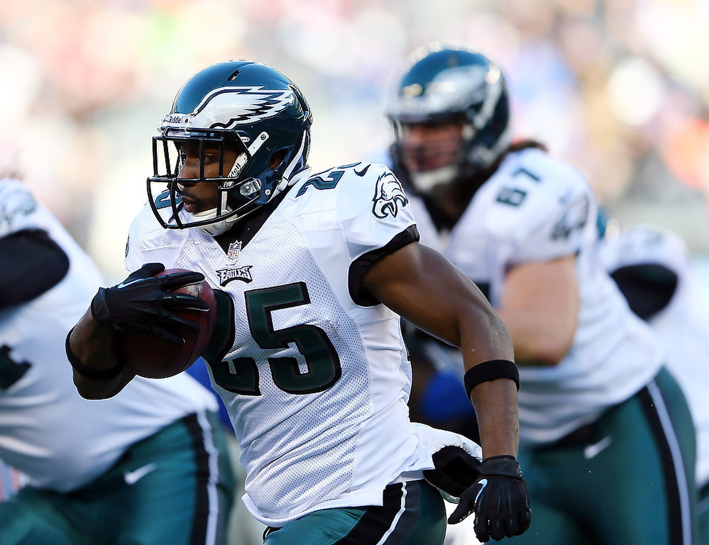 Description of . LeSean McCoy #25 of the Philadelphia Eagles carries the ball in the first half against the New York Giants at MetLife Stadium on December 30, 2012 in East Rutherford, New Jersey.  (Photo by Elsa/Getty Images)
