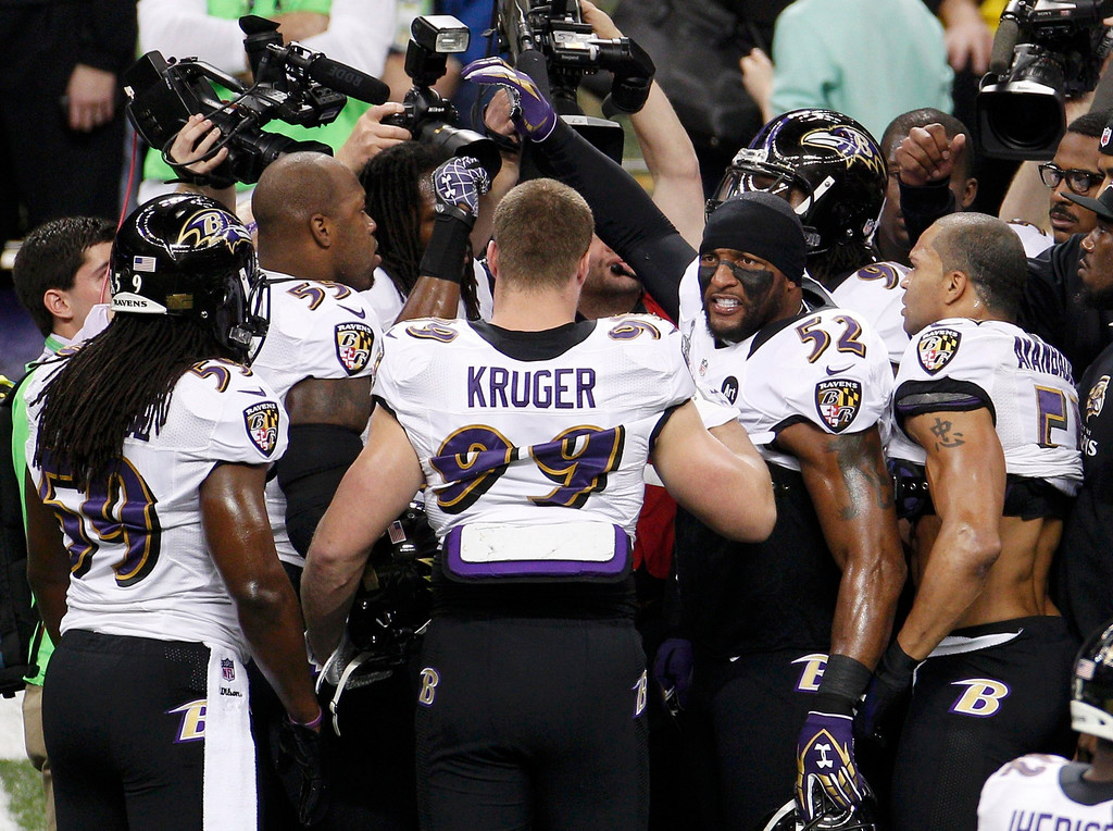 Description of . Baltimore Ravens inside linebacker Ray Lewis (52) joins teammates during warm ups before the NFL Super Bowl XLVII football game against the San Francisco 49ers in New Orleans, Louisiana February 3, 2013. REUTERS/Jonathan Bachman