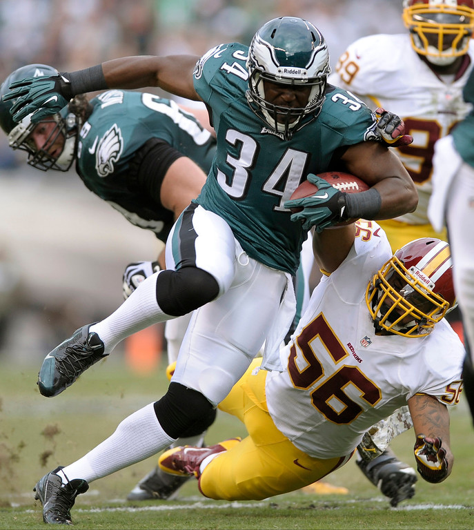 Description of . Philadelphia Eagles running back Bryce Brown (34) escapes the grasp of Washington Redskins inside linebacker Perry Riley during the first half of an NFL football game in Philadelphia, Sunday, Nov. 17, 2013. (AP Photo/Michael Perez)