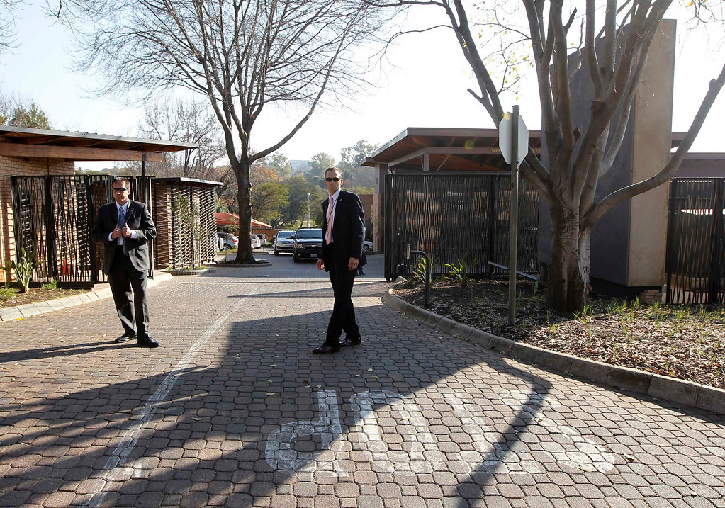 Description of . U.S. Secret Service Agents stand guard outside the Nelson Mandela Centre of Memory in Johannesburg June 29, 2013. U.S. President Barack Obama met with family members of ailing former South African leader Nelson Mandela in Johannesburg on Saturday.     REUTERS/Jason Reed