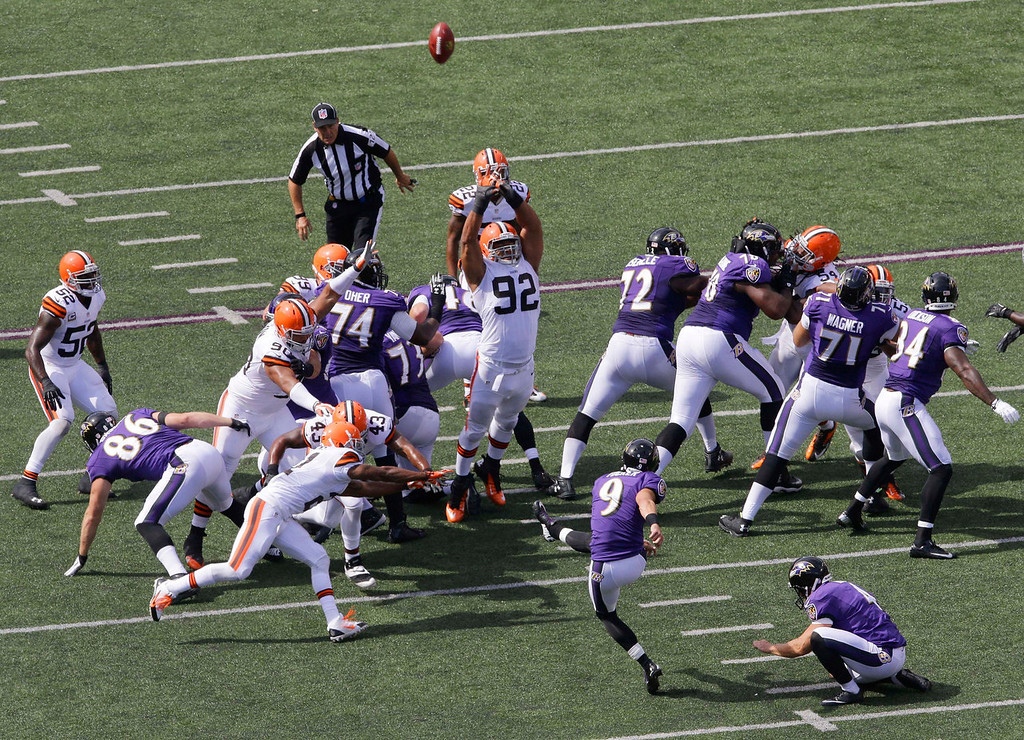 Description of . Baltimore Ravens kicker Justin Tucker (9) misses a field goal-attempt during the first half of an NFL football game against the Cleveland Browns in Baltimore, Md., Sunday, Sept. 15, 2013. (AP Photo/Patrick Semansky)