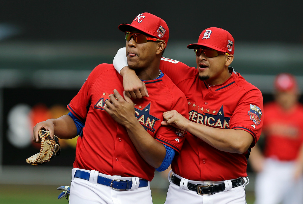 Description of . American League catcher Salvador Perez, of the Kansas City Royals, left, talks with Victor Martinez, of the Detroit Tigers, during batting practice for the MLB All-Star baseball game, Monday, July 14, 2014, in Minneapolis. (AP Photo/Jeff Roberson)