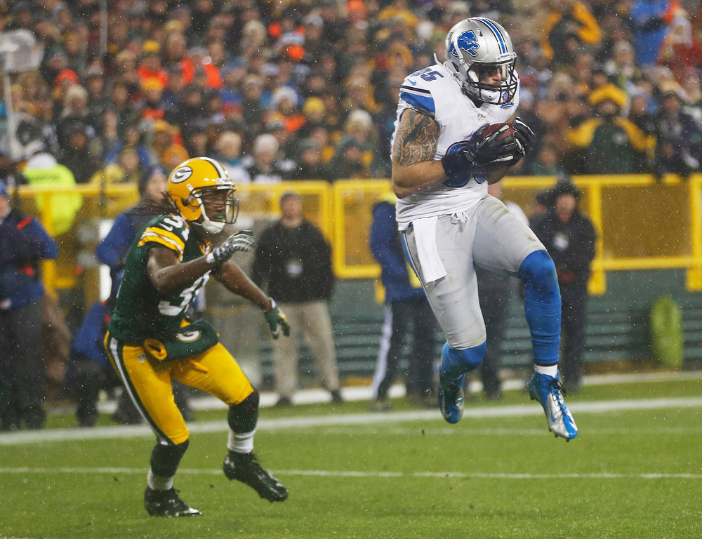 Description of . Detroit Lions\' Tony Scheffler (85) catches a touchdown pass in front of Green Bay Packers\' Davon House (31) during the first half of an NFL football game Sunday, Dec. 9, 2012, in Green Bay, Wis. (AP Photo/Mike Roemer)