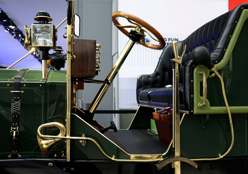 Description of . A prototype of an electric carriage is displayed at the New York International Auto Show in New York, Thursday, April 17, 2014.  A prototype of the old-timey electric cars that Mayor Bill de Blasio would like to take the place of horse-drawn carriages on New York City streets will be unveiled at the New York Auto Show on Thursday. (AP Photo/Seth Wenig)