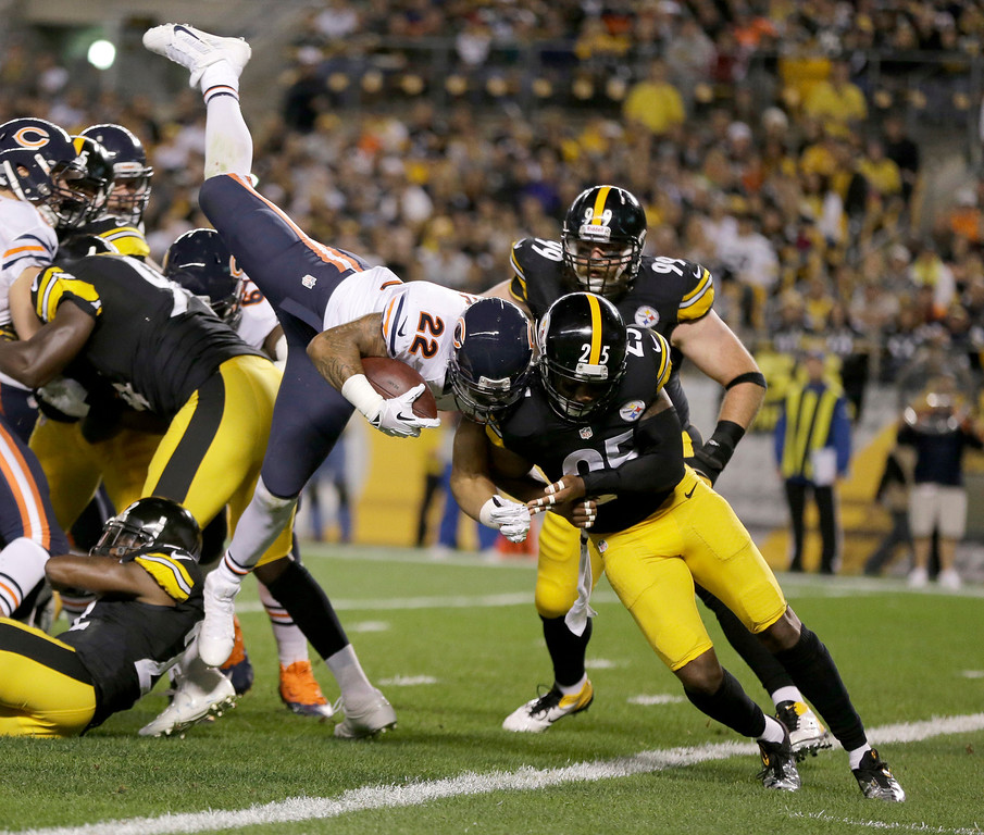 Description of . Chicago Bears running back Matt Forte (22) goes in for a touchdown over Pittsburgh Steelers free safety Ryan Clark (25) in the first quarter of an NFL football game in Pittsburgh, Sunday, Sept. 22, 2013. (AP Photo/Gene J. Puskar)