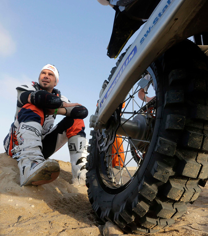 Description of . France's Cyril Despres waits for the start of the 3rd stage of the Dakar Rally 2013 from Pisco to Nazca January 7, 2013.  REUTERS/Jacky Naegelen