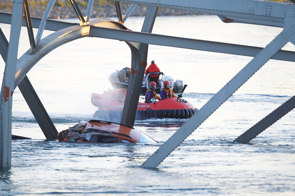 Description of . A portion of the Interstate-5 bridge is submerged after it collapsed into the Skagit river dumping vehicles and people into the water in Mount Vernon, Wash., Thursday, May 23, 2013 according to the Washington State Patrol. (AP Photo/Joe Nicholson)