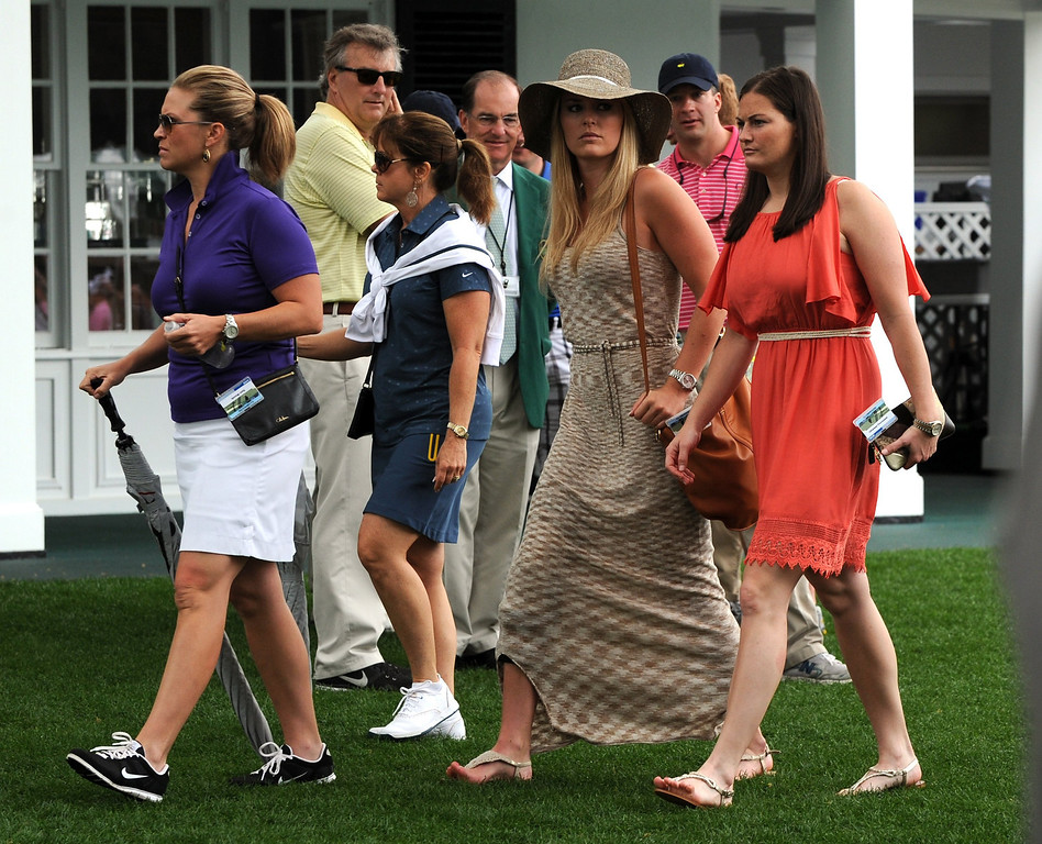Description of . US skier Lindsey Vonn  (2nd -R) waits at the clubhouse for Tiger Woods of the US to tee off during the first round of the 77th Masters golf tournament at Augusta National Golf Club on April 11, 2013 in Augusta, Georgia.      DON EMMERT/AFP/Getty Images