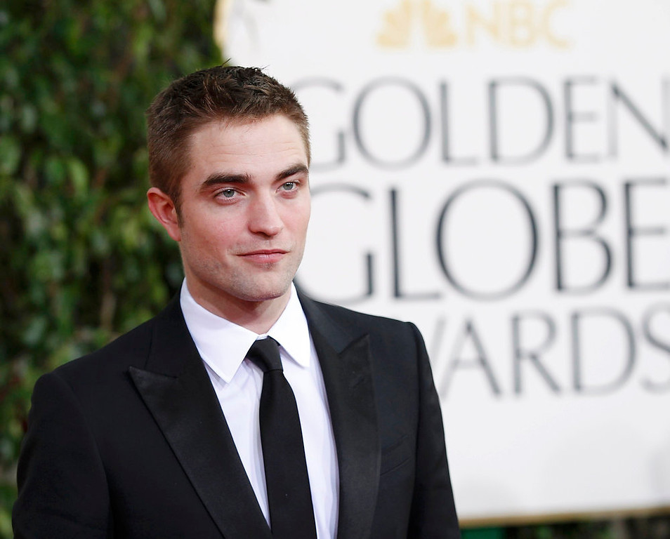 Description of . Actor Robert Pattinson arrives at the 70th annual Golden Globe Awards in Beverly Hills, California, January 13, 2013.  REUTERS/Mario Anzuoni
