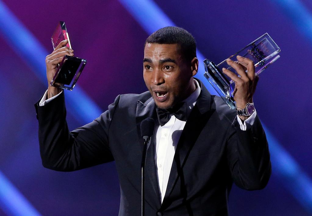 Description of . Singer Don Omar receives his tenth award at the Latin Billboard Awards in Coral Gables, Fla., Thursday April 25, 2013. (AP Photo/Alan Diaz)