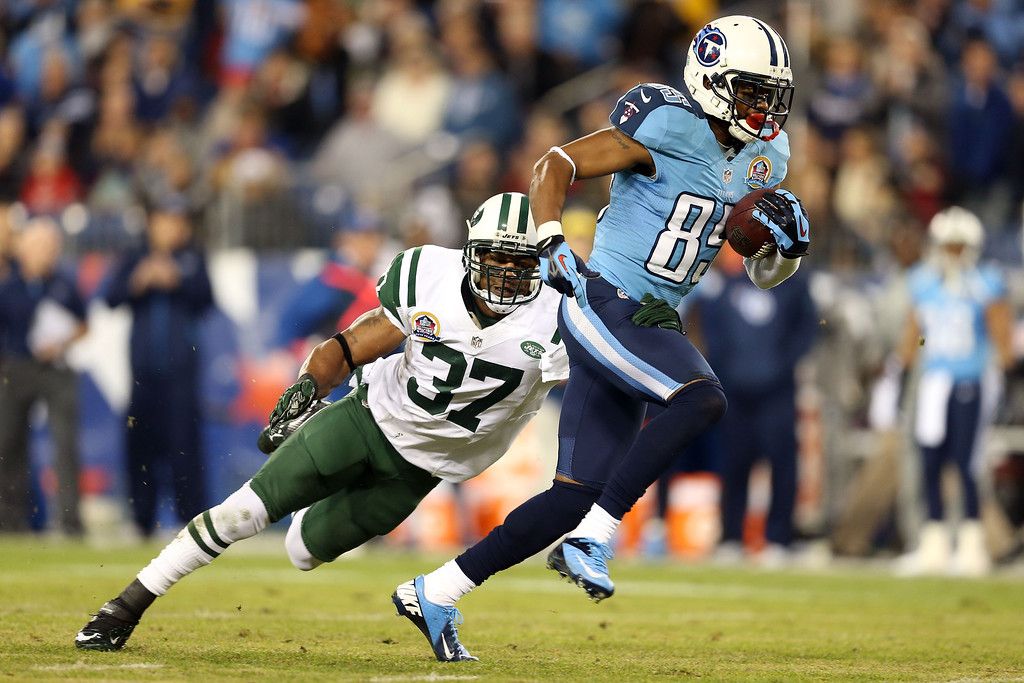 Description of . NASHVILLE, TN - DECEMBER 17:  Wide receiver Nate Washington #85 of the Tennessee Titans runs with the ball after catching a pass from quarterback Jake Locker #10 against strong safety Yeremiah Bell #37 of the New York Jets in the first quarter at LP Field on December 17, 2012 in Nashville, Tennessee.  (Photo by Andy Lyons/Getty Images)