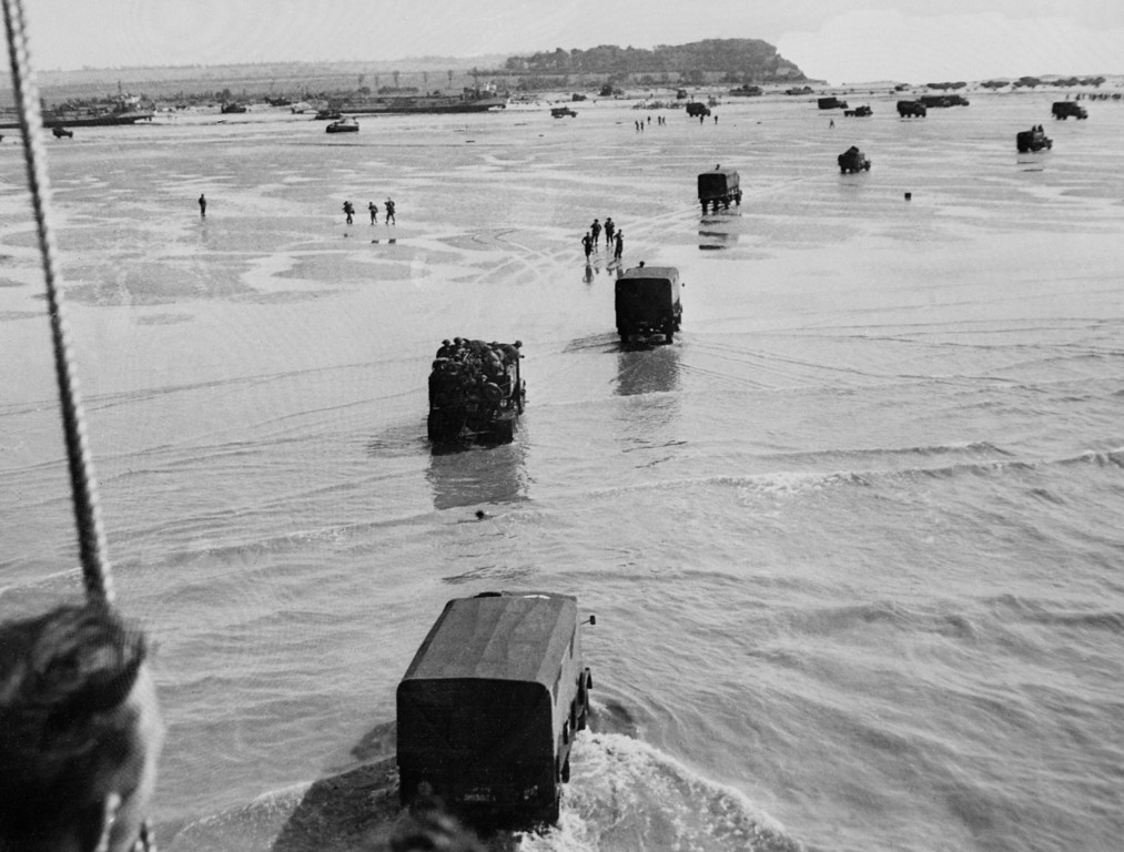 Description of . Allied troops disembark from landing crafts during D-Day June 6, 1944 after Allied forces stormed the Normandy beaches.  AFP PHOTO   (/AFP/Getty Images)