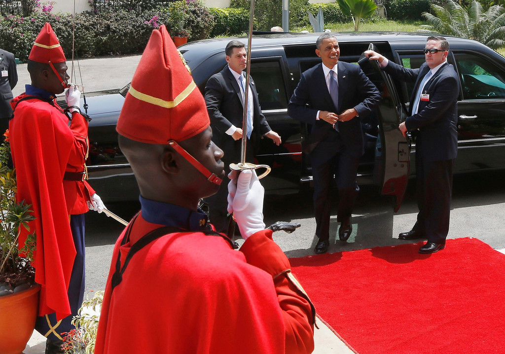 Description of . U.S. President Barack Obama arrives at the Supreme Court to meet with regional judiciary leaders on the rule of law, in Dakar, June 27, 2013. Obama's trip, his second to the continent as president, will take him to Senegal, South Africa and Tanzania. REUTERS/Jason Reed