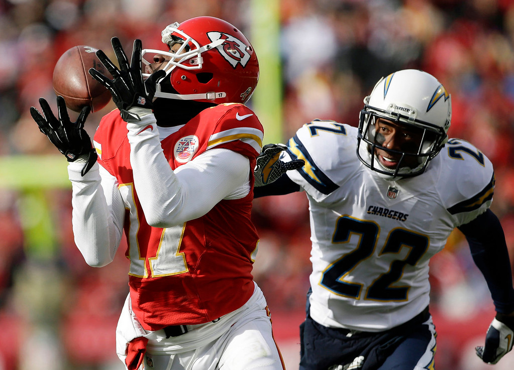 Description of . Kansas City Chiefs wide receiver Donnie Avery (17) catches a pass while covered by San Diego Chargers cornerback Derek Cox (22) during the first half of an NFL football game at Arrowhead Stadium in Kansas City, Mo., Sunday, Nov. 24, 2013. (AP Photo/Charlie Riedel)