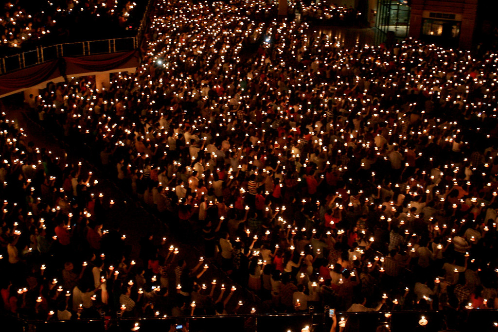 Description of . epa04000652 Thousands of Indonesian Christians hold candles during a night prayer on Christmas eve at Bethany church in Surabaya, Indonesia, on 24 December 2013. About 87,000 police officers will be deployed to secure Christmas and New Year celebrations accross the country, local media stated.  EPA/FULLY HANDOKO