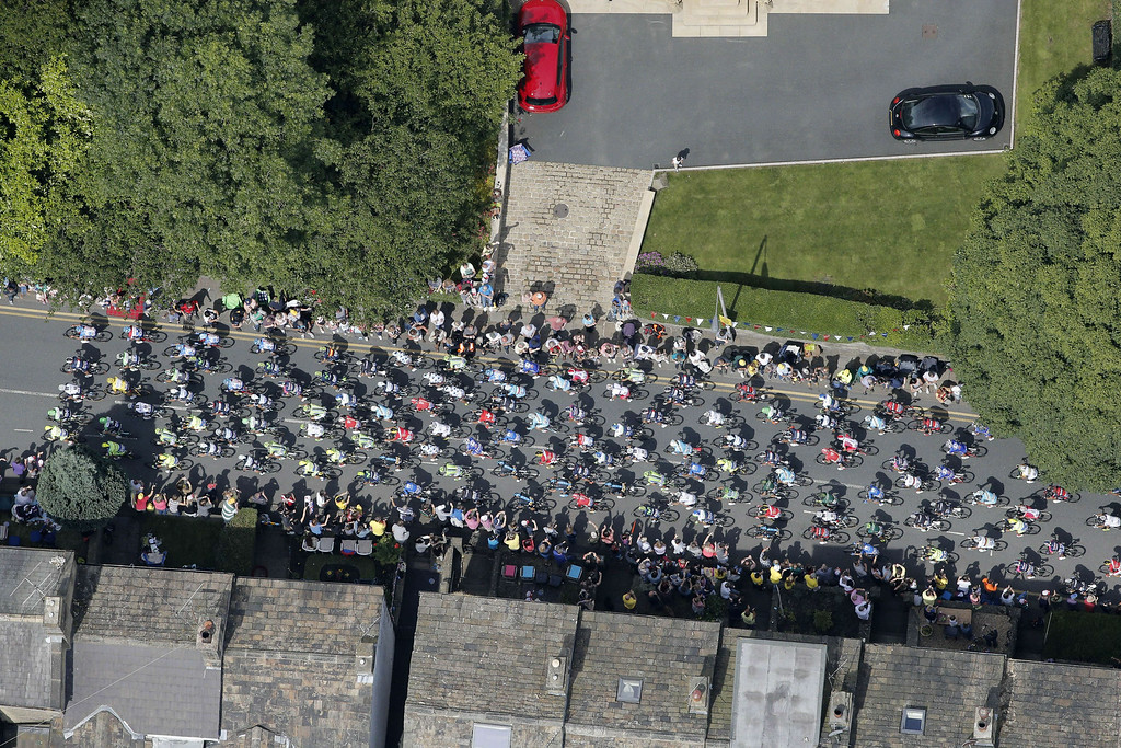 Description of . Aerial view of the pack during the 201 km second stage of the 101st edition of the Tour de France cycling race on July 6, 2014 between York and Sheffield, northern England.  AFP PHOTO / POOL / CHRISTOPHE ENACHRISTOPHE ENA/AFP/Getty Images