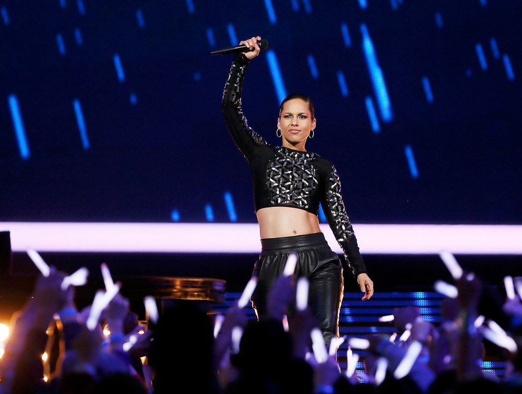 Description of . Singer Alicia Keys performs at half time during the NBA All-Star basketball game in Houston, Texas, February 17, 2013. REUTERS/Lucy Nicholson (UNITED STATES  - Tags: SPORT BASKETBALL)
