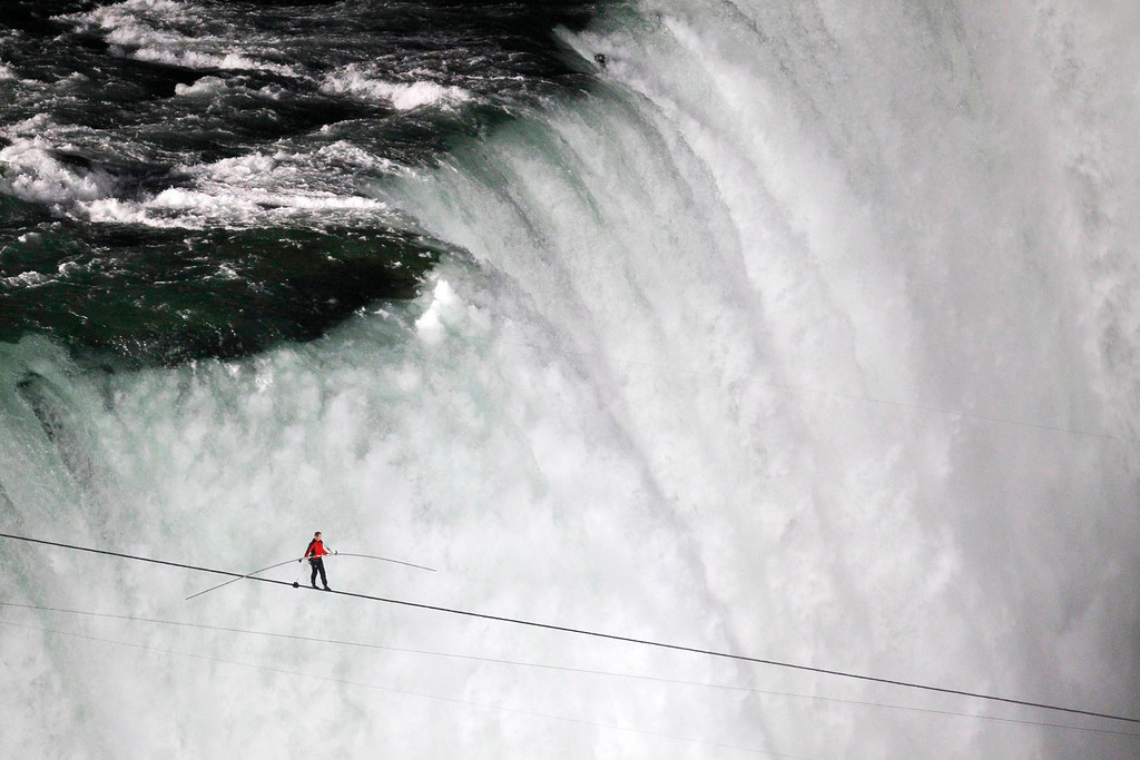 Description of . Tightrope walker Nik Wallenda walks the high wire from the U.S. side to the Canadian side over the Horseshoe Falls in Niagara Falls, Ontario, June 15, 2012.   REUTERS/Mark Blinch