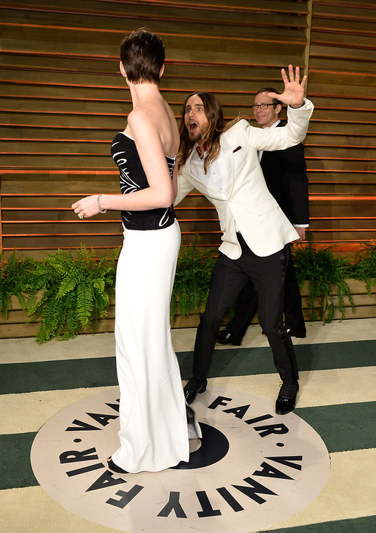 Description of . Actors Anne Hathaway (L) and Jared Leto attend the 2014 Vanity Fair Oscar Party hosted by Graydon Carter on March 2, 2014 in West Hollywood, California.  (Photo by Pascal Le Segretain/Getty Images)