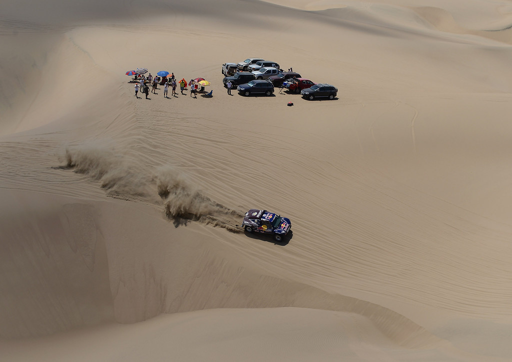 Description of . PISCO, PERU - JANUARY 07:  Carlos Sainz and co-pilot Timo Gottshalk of team Buggy compete during the stage from Pisco to Nazca on day three of the 2013 Dakar Rally on January 7, 2013 in Pisco, Peru.  (Photo by Shaun Botterill/Getty Images)