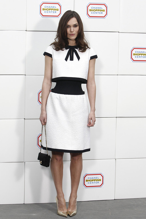 Description of . Actress Keira Knightley poses as she arrives to Chanel's ready to wear fall/winter 2014-2015 fashion collection presented in Paris, Tuesday, March 4, 2014. (AP Photo/Thibault Camus)