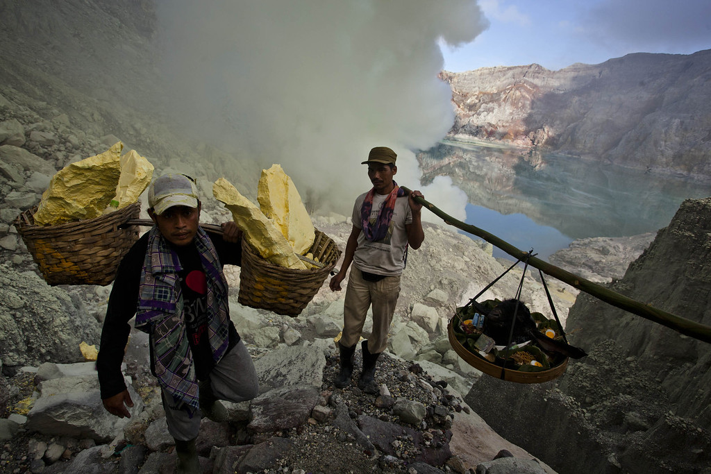 Description of . Miners carry a goats head for burial in the crater as part of an annual offering ceremony on the Ijen volcano on December 17, 2013 in Yogyakarta, Indonesia. (Photo by Ulet Ifansasti/Getty Images)