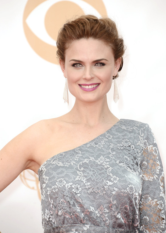 Description of . Emily Deschanel arrives at the 65th Primetime Emmy Awards at Nokia Theatre on Sunday Sept. 22, 2013, in Los Angeles.  (Photo by Dan Steinberg/Invision/AP)