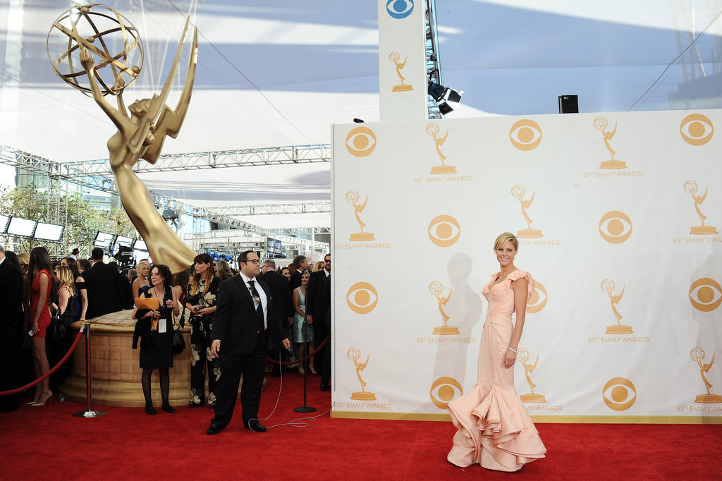 Description of . Julie Bowen, wearing Zac Posen, arrives at the 65th Primetime Emmy Awards at Nokia Theatre on Sunday Sept. 22, 2013, in Los Angeles.  (Photo by Jordan Strauss/Invision/AP)