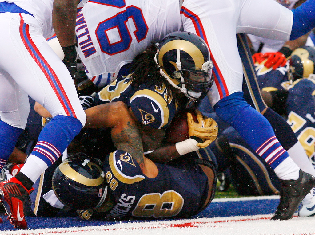 Description of . St. Louis Rams' Steven Jackson, center, scores a touchdown during the second half of an NFL football game against the Buffalo Bills, Sunday, Dec. 9, 2012, in Orchard Park, N.Y. (AP Photo/Bill Wippert)