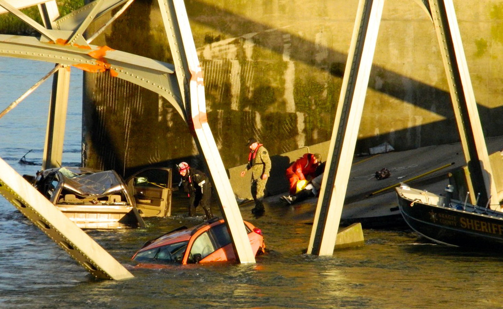 Description of . Rescue workers look for victims after a portion of the Interstate 5 bridge collapsed into the Skagit River in Mount Vernon, Wash., Thursday, May 23, 2013. (AP Photo/Everett Daily Herald, Jon Bauer)