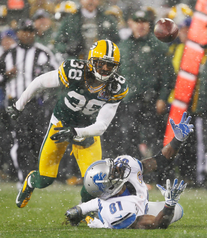Description of . Detroit Lions\' Calvin Johnson (81) can\'t handle a pass in front of Green Bay Packers\' Tramon Williams (38) during the first half of an NFL football game Sunday, Dec. 9, 2012, in Green Bay, Wis. (AP Photo/Mike Roemer)