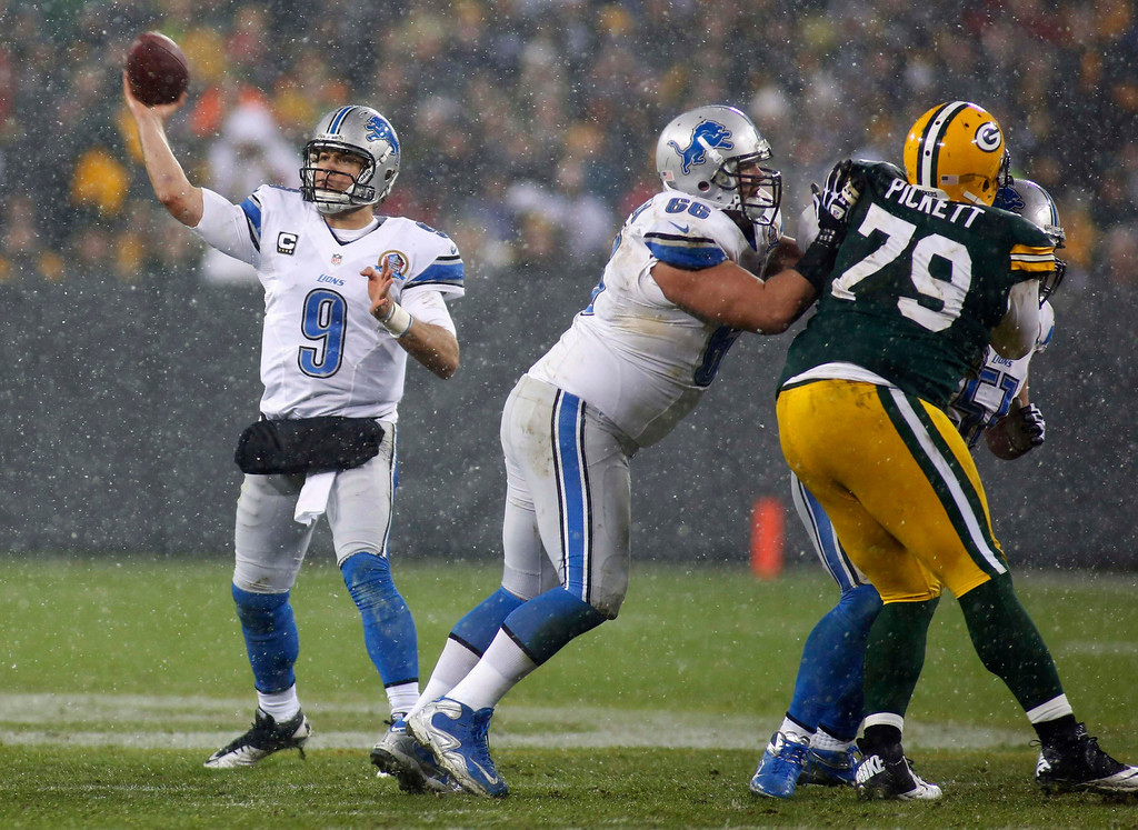 Description of . Detroit Lions quarterback Matthew Stafford (L) passes against the Green Bay Packers during the first half of a NFL football game in Green Bay, Wisconsin December 9, 2012. REUTERS/Darren Hauck