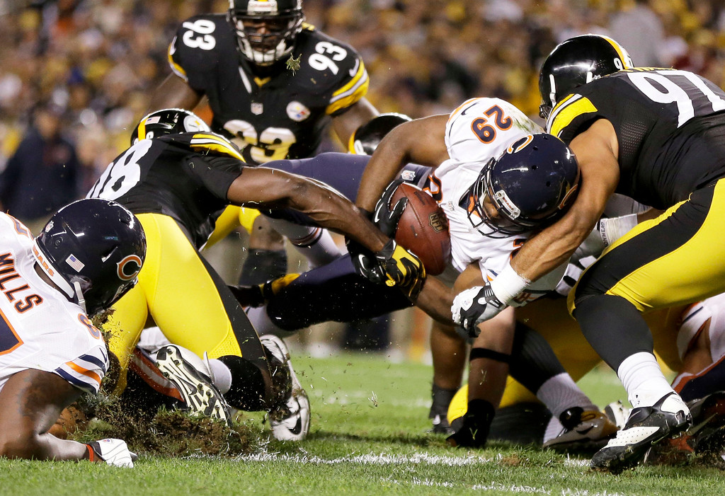 Description of . Chicago Bears running back Michael Bush (29) scores a touchdown between Pittsburgh Steelers linebacker Vince Williams (98) and defensive end Cameron Heyward (97) in the first quarter of an NFL football game in Pittsburgh, Sunday, Sept. 22, 2013. (AP Photo/Gene J. Puskar)