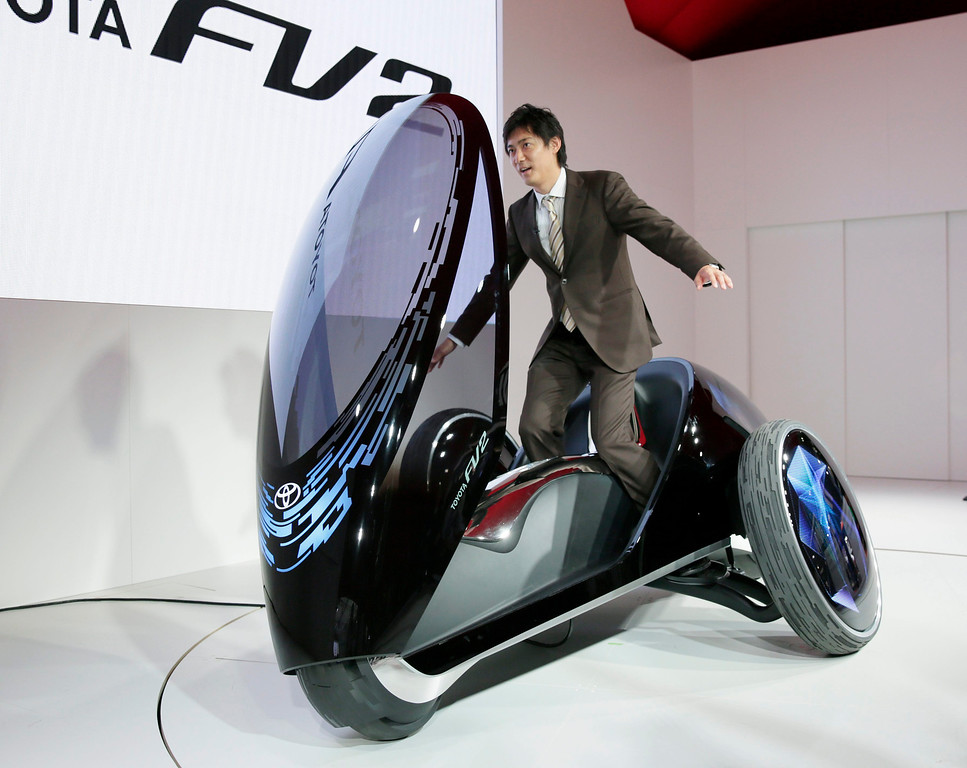 Description of . A TV reporter tries to control a Toyota Motor Corp.'s Toyota FV two, at the 43rd Tokyo Motor Show 2013 in Tokyo, Japan, 20 November 2013.   EPA/KIMIMASA MAYAMA