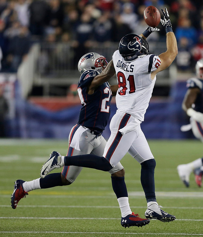 Description of . Houston Texans tight end Owen Daniels (81) cannot hold on to a pass while being defended by New England Patriots strong safety Tavon Wilson during the first half of an AFC divisional playoff NFL football game in Foxborough, Mass., Sunday, Jan. 13, 2013. (AP Photo/Charles Krupa)